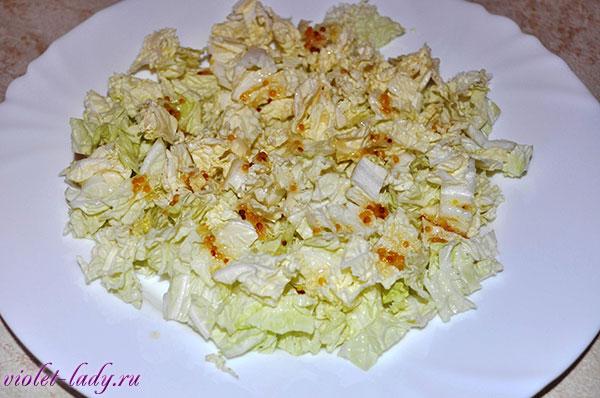 салат с пекинской капустой и семгой