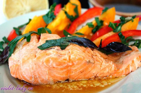 Печеный лосось в лимооном соусе с овощами