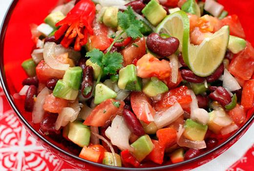 салат с фасолью и колбасой и помидорами