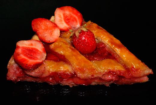 Слоеный пирог с клубникой и бананом